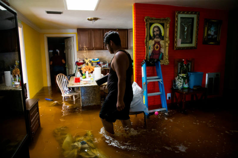 Un residente de Bonita Springs, Florida, regresó a su hogar después del huracán Irma. Foto: Eric Thayer / The New York Times