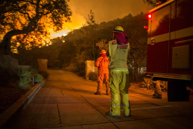 Bomberos observan al incendio Thomas acercarse en Montecito, California. Foto: David Mcnew / Getty Images