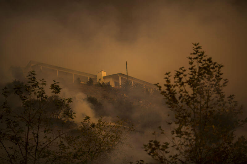 Incendio Thomas pasa cerca de casas en Montecito, California. Foto: David Mcnew / Getty Images