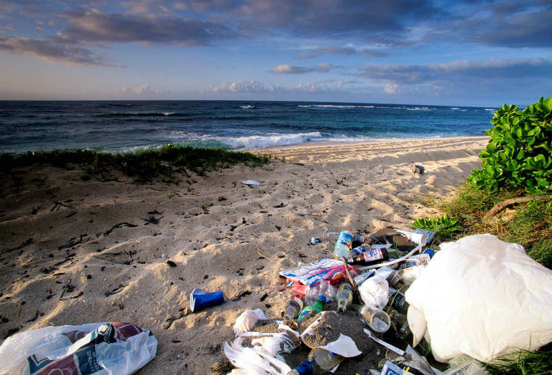Basura en la playa de Mokuleia en Oahu, Hawái. Foto: Education Images / UIG via Getty Images
